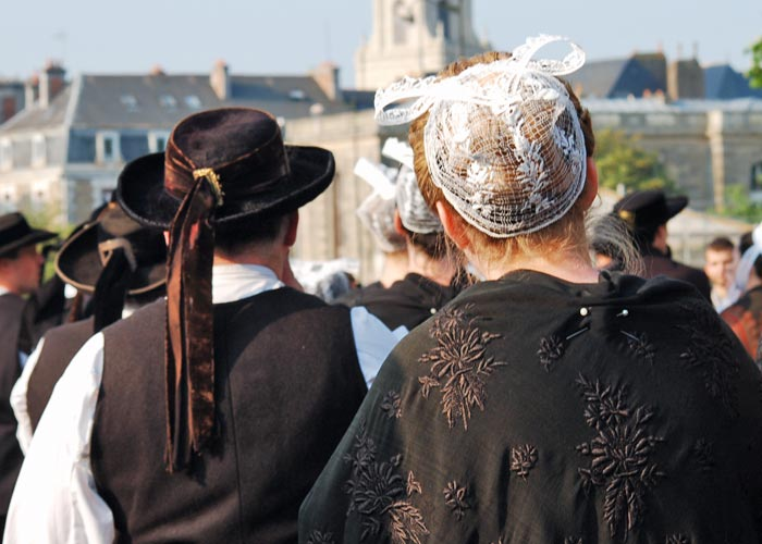 Traditionelle bretonische Tracht © N. Lebars